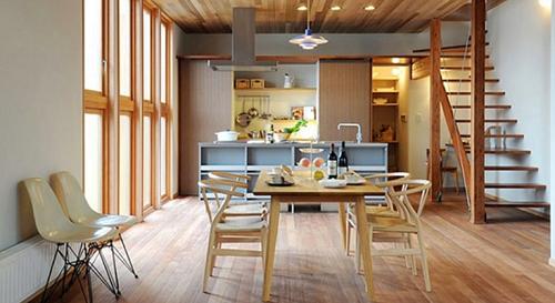 Sự giao thoa giữa ánh sáng của đèn và tự nhiên tạo nên sự tính tế cho không gian bếp