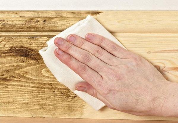 Dùng khăn mềm nhúng trà lau tủ bếp