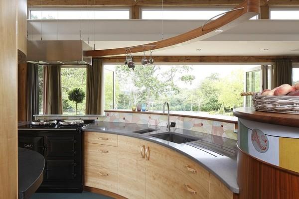 Tủ bếp gỗ cách điệu với cửa sổ