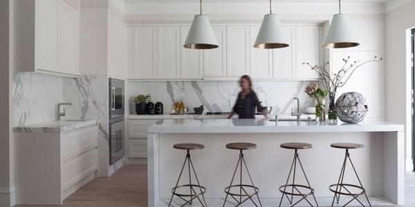 Tủ bếp gỗ có thanh trắng ngang