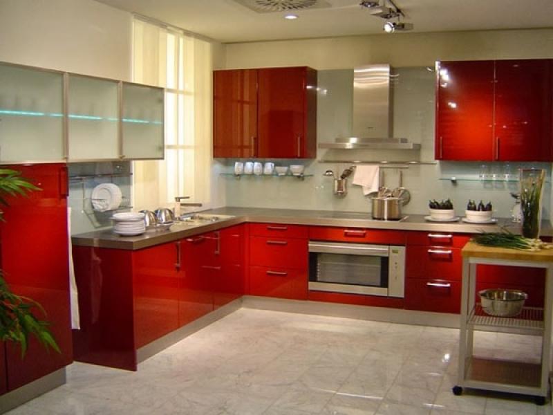 Tủ bếp gỗ màu đỏ cho người mệnh hỏa