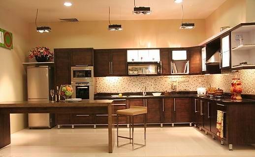 Mẫu tủ bếp gỗ hiện đại màu nâu sậm