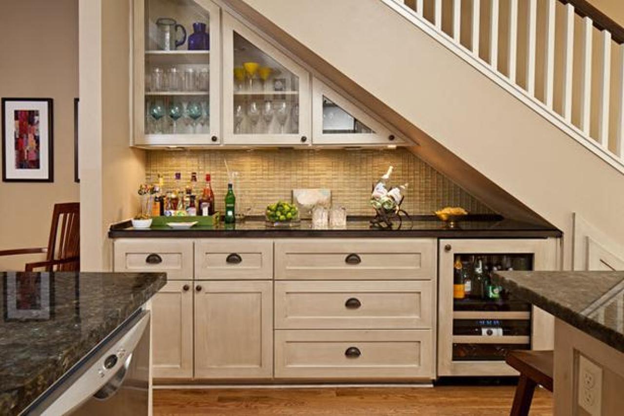 Mẫu tủ bếp gỗ tự nhiên dưới gầm cầu thang
